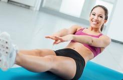 Mujer que hace ejercicios abdominales Fotografía de archivo libre de regalías