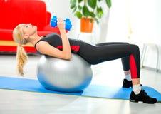Mujer que hace ejercicios de la aptitud Foto de archivo libre de regalías