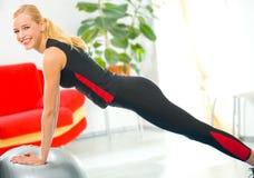 Mujer que hace ejercicios de la aptitud Imagenes de archivo