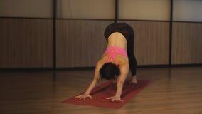Mujer que hace ejercicios de la yoga almacen de video