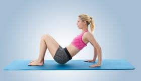 Mujer que hace ejercicios de la yoga Fotos de archivo libres de regalías