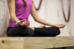 Mujer que hace ejercicios de la yoga en el gimnasio, muchacha de la aptitud del deporte que sienta a Lotus Pose Fotos de archivo libres de regalías
