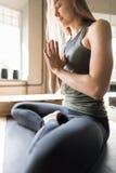 Mujer que hace ejercicios de la yoga en el gimnasio, muchacha de la aptitud del deporte que sienta a Lotus Pose Imagen de archivo libre de regalías