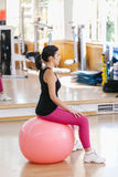 Mujer que hace ejercicios de los pilates Fotografía de archivo