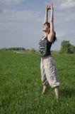 Mujer que hace ejercicios de relajación y de respiración Fotos de archivo