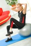 Mujer que hace ejercicios en el país imagenes de archivo