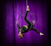 Mujer que hace ejercicios gimnásticos en el aro Imágenes de archivo libres de regalías