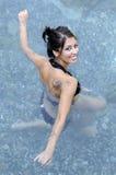 Mujer que hace el agua aerobia Fotos de archivo libres de regalías