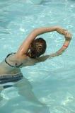 Mujer que hace el agua aerobia Foto de archivo