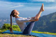 Mujer que hace el asana Navasana - actitud de la yoga de Ashtanga Vinyasa del barco Imagenes de archivo