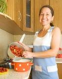 Mujer que hace el atasco de fresa Fotos de archivo libres de regalías