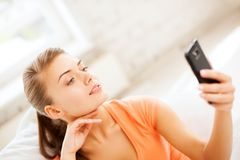 Mujer que hace el autorretrato con smartphone Foto de archivo libre de regalías