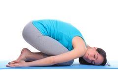 Mujer que hace el balasana de la yoga - actitud de Childs fotos de archivo libres de regalías