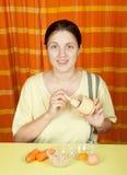 Mujer que hace el bio face-pack Imagen de archivo libre de regalías