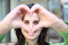 Mujer que hace el corazón Fotografía de archivo