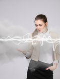 Mujer que hace el efecto mágico - relámpago de destello El concepto de electricidad, alta energía Imagenes de archivo
