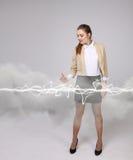 Mujer que hace el efecto mágico - relámpago de destello El concepto de electricidad, alta energía Imágenes de archivo libres de regalías