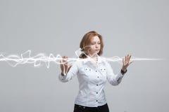 Mujer que hace el efecto mágico - relámpago de destello El concepto de electricidad, alta energía Fotos de archivo libres de regalías