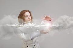 Mujer que hace el efecto mágico - relámpago de destello El concepto de electricidad, alta energía Fotos de archivo