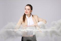 Mujer que hace el efecto mágico - relámpago de destello El concepto de electricidad, alta energía Fotografía de archivo libre de regalías
