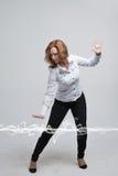Mujer que hace el efecto mágico - relámpago de destello El concepto de electricidad, alta energía Foto de archivo