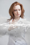 Mujer que hace el efecto mágico - relámpago de destello El concepto de electricidad, alta energía Imagen de archivo libre de regalías