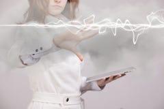 Mujer que hace el efecto mágico - relámpago de destello El concepto de electricidad, alta energía Foto de archivo libre de regalías