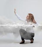 Mujer que hace el efecto mágico - relámpago de destello El concepto de electricidad, alta energía Fotografía de archivo