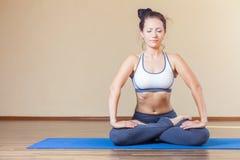 Mujer que hace el ejercicio de la yoga interior Fotografía de archivo libre de regalías
