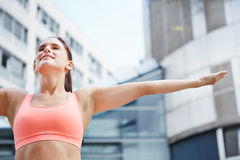 Mujer que hace el ejercicio de respiración para la relajación Fotos de archivo libres de regalías
