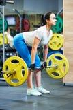 Mujer que hace el ejercicio para los músculos traseros Imagen de archivo libre de regalías