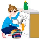Mujer que hace el lavadero Foto de archivo libre de regalías