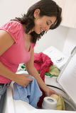 Mujer que hace el lavadero Imagen de archivo libre de regalías