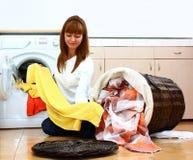 Mujer que hace el lavadero (de la selección) Imágenes de archivo libres de regalías