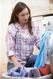 Mujer que hace el lavadero en el país Imágenes de archivo libres de regalías