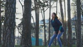 Mujer que hace el movimiento erótico de la danza en el parque cámara lenta, 120fps almacen de metraje de vídeo
