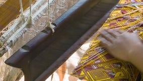 Mujer que hace el paño en un telar viejo Laos, Luang Prabang almacen de metraje de vídeo