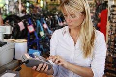 Mujer que hace el pago del debe Imágenes de archivo libres de regalías