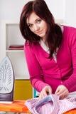 Mujer que hace el quehacer doméstico Imagen de archivo