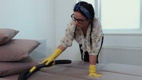 Mujer que hace el quehacer doméstico por la mañana metrajes