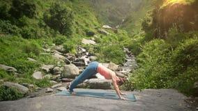 Mujer que hace el saludo Surya Namaskar de Sun de la yoga almacen de video