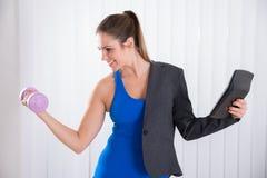 Mujer que hace el trabajo múltiple imagen de archivo libre de regalías