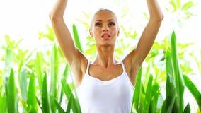 Mujer que hace entrenamiento de la yoga metrajes
