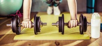 Mujer que hace entrenamiento en el gimnasio en las esteras de la yoga foto de archivo libre de regalías