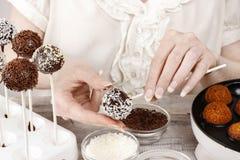 Mujer que hace estallidos de la torta Imagen de archivo libre de regalías