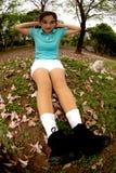 Mujer que hace estirando ejercicio en parque. Imagenes de archivo