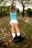 Mujer que hace estirando ejercicio en parque. Imagen de archivo libre de regalías