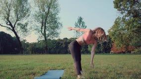 Mujer que hace estirando ejercicios almacen de video
