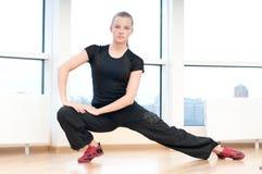 Mujer que hace estirando ejercicios en gimnasia Fotografía de archivo libre de regalías