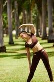 Mujer que hace estirar antes del entrenamiento del deporte en Morning-4 Fotografía de archivo